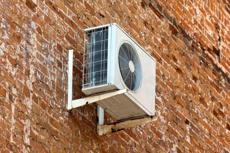 Klimaanlage auf alter Backsteinmauer stockbild