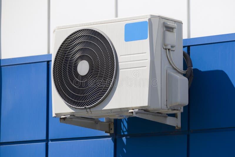 Klimaanlage auf der Wand kühlt die Luft ab lizenzfreie stockfotos