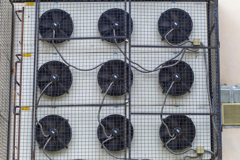Klimaanlagefall auf dem Gebäude lizenzfreie stockfotos