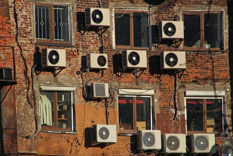 Klimaanlagen auf der Backsteinmauer lizenzfreie stockfotografie