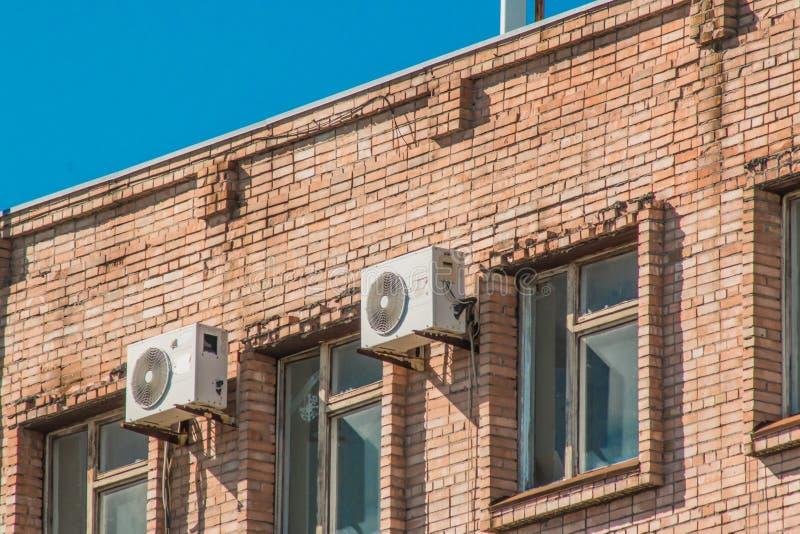 Klimaanlagen auf der Wand eines alten Backsteinbaus stockfoto