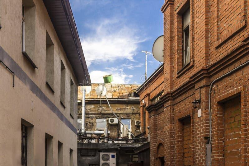 Klimaanlagen auf einer Backsteinmauer lizenzfreie stockfotos