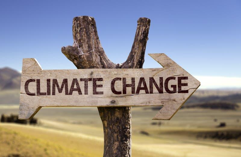 Klimaatverandering houten teken met een woestijnachtergrond royalty-vrije stock foto's