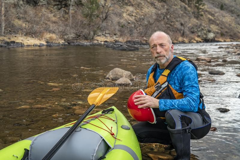 Klimaporträt eines älteren Kayaker lizenzfreie stockfotografie
