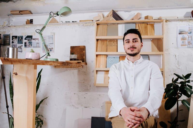 Klimaporträt eines Möbeldesignerherstellers in seiner Werkstatt stockbilder