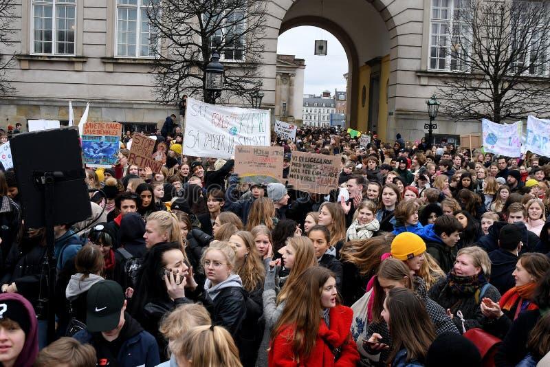 klimatförändringPROTESTEN SAMLAR I KÖPENHAMNEN DANMARK royaltyfri foto