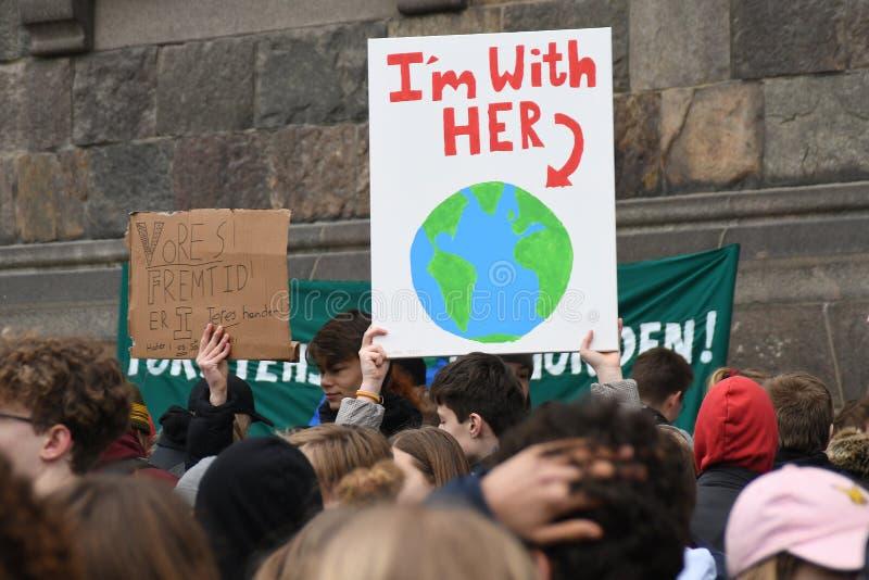 klimatförändringPROTESTEN SAMLAR I KÖPENHAMNEN DANMARK royaltyfri fotografi