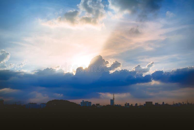 Klimatsolnedgånghimmel med fluffiga moln och härlig tung weathe fotografering för bildbyråer