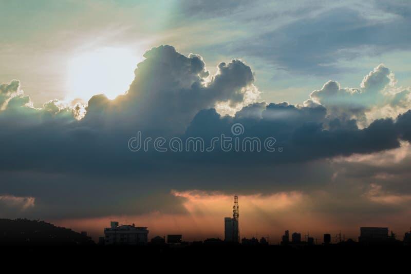 Klimatu zmierzchu niebo z puszystymi chmurami i pięknym ciężkim weathe obrazy stock