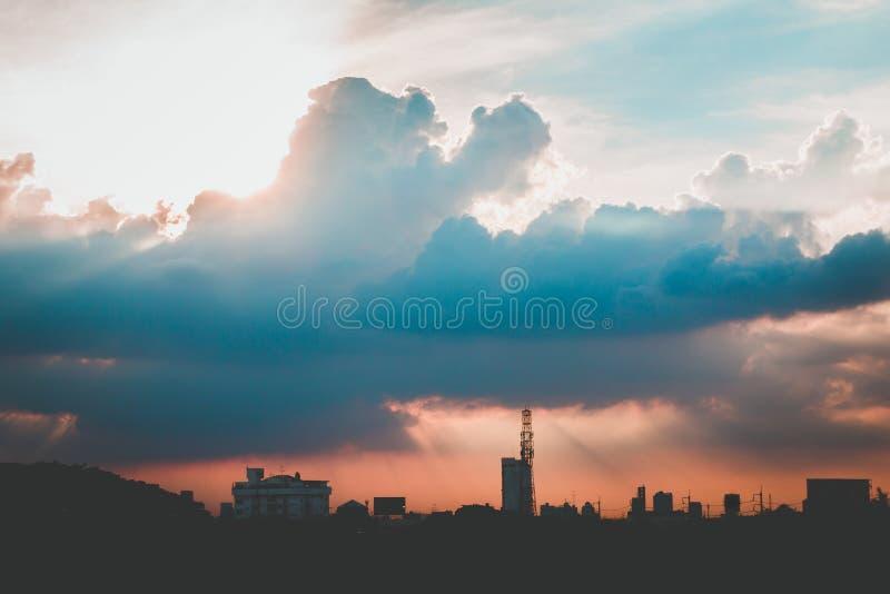 Klimatu zmierzchu niebo z puszystymi chmurami i pięknym ciężkim weathe obraz royalty free