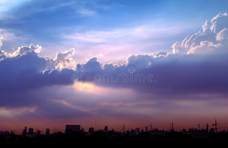 Klimatu zmierzchu niebo z puszystymi chmurami i pięknym ciężkim weathe zdjęcia royalty free