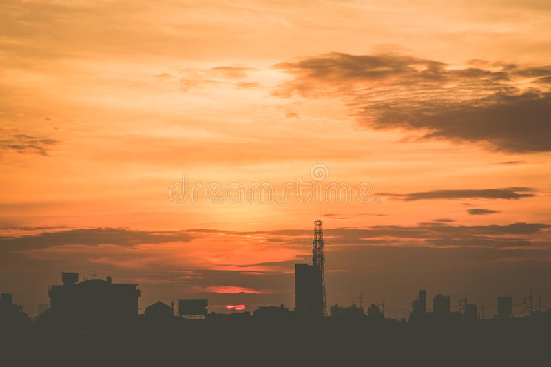 Klimatu zmierzchu niebo z puszystymi chmurami i pięknym ciężkim weathe zdjęcia stock