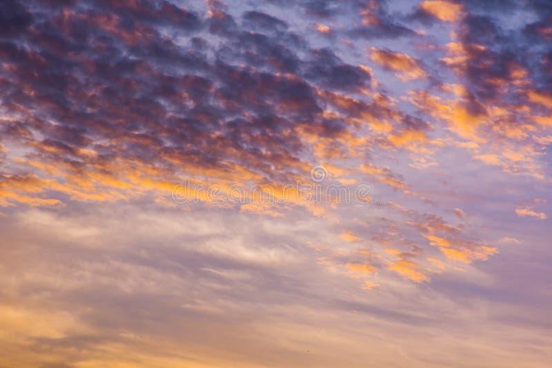 Klimatu zmierzchu niebo z puszystymi chmurami i pięknym ciężkim weathe fotografia stock