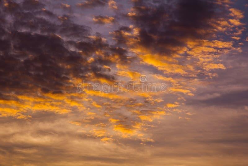 Klimatu zmierzchu niebo z puszystymi chmurami i pięknym ciężkim weathe obrazy royalty free
