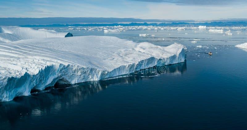 Klimawandel und globale Erwärmung - Eisberge von schmelzendem Gletscher auf Grönland lizenzfreie stockfotos