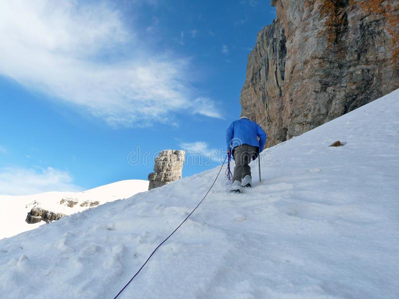 Klimmer die op Rolando Breach stijgen pyrenees spanje stock foto