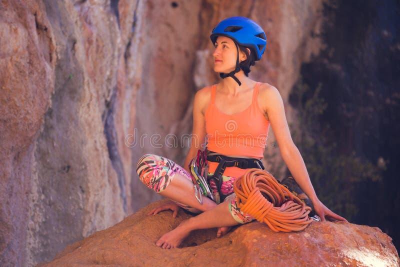 Klimmer in een helm op de achtergrond van mooie bergen royalty-vrije stock foto