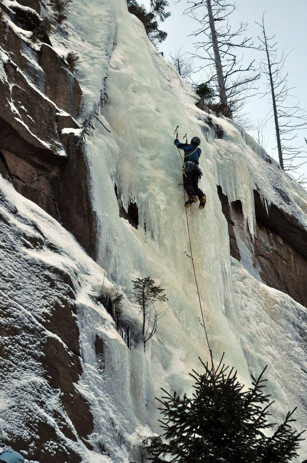 Klimmer op ijsmuur stock foto