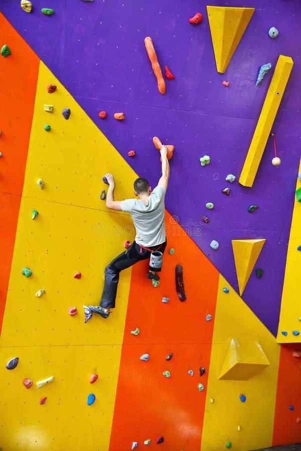 Klimmer op Kunstmatige het Beklimmen Muur royalty-vrije stock afbeeldingen