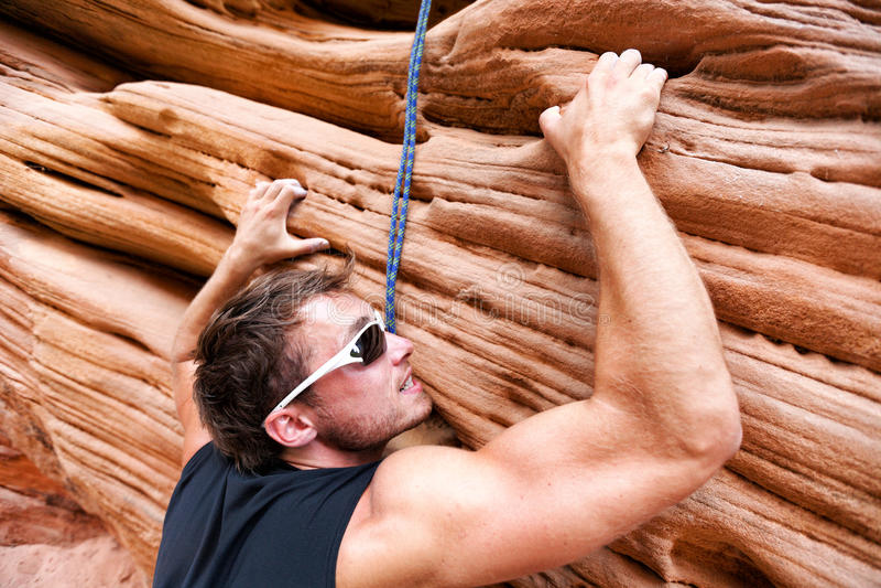 Klimmermens die op rots beklimmen stock fotografie