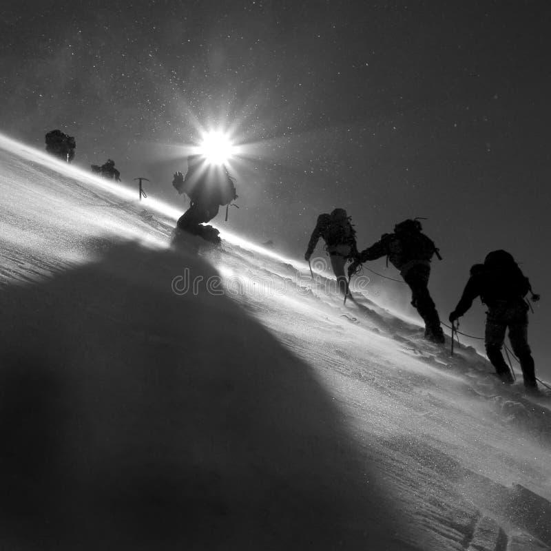 Klimmers die de gletsjer beklimmen royalty-vrije stock fotografie