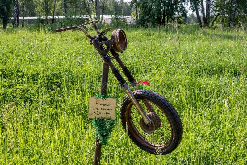 Klimovskoye, Rusland - Juni 2019: Monument aan de overleden motorrijder aan de kant van de weg royalty-vrije stock foto