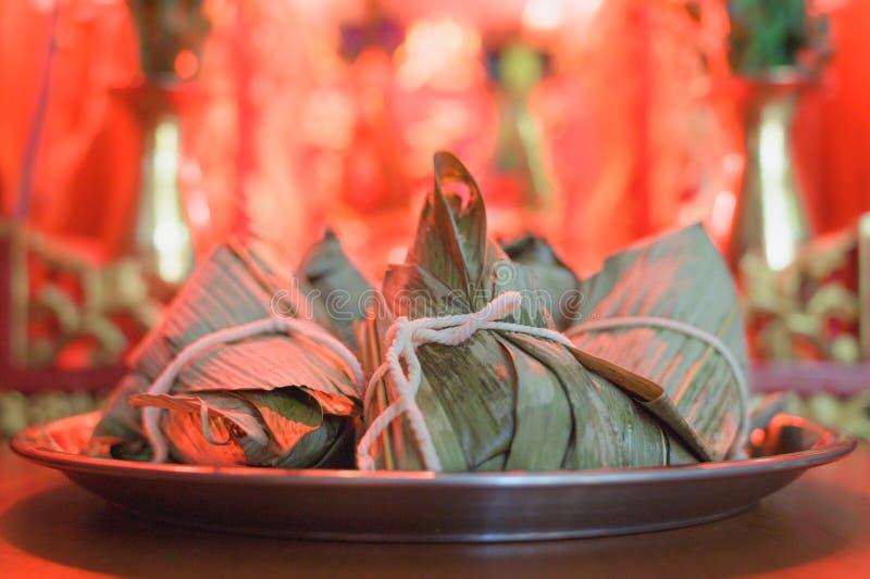 Klimp eller Zongzi för klibbiga ris för Closeup på rostfritt stålmagasinet framme av kinesiska andes hus under Dragon Boat Festiv arkivfoton