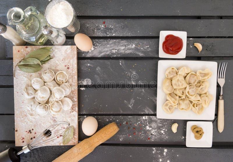 klimpar ägg, kökbräde, kryddor, kokta klimpar, gaffel, olja, ketchup, senap arkivfoton