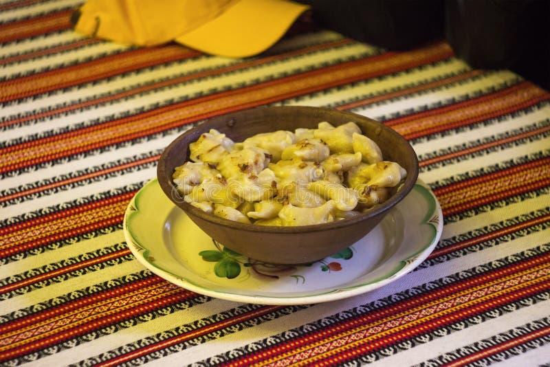 Klimpar är traditionell disk på broderade handdukar arkivfoto