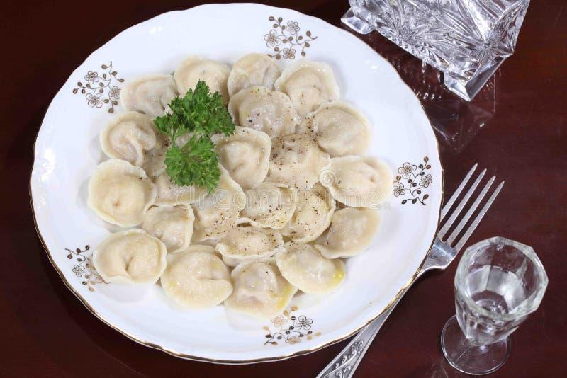 Klimpar med jordpeppar, smör och vodka royaltyfri foto