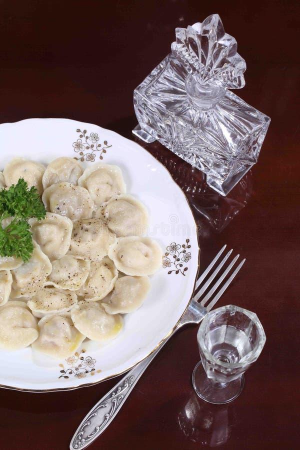 Klimpar med jordpeppar, smör och vodka royaltyfri bild