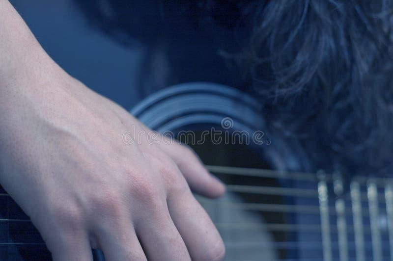 Klimpern einer Gitarre stockbild