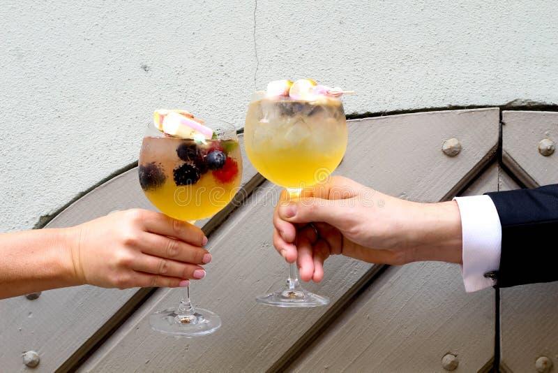 Klingeln im Wochenende Das perfekte coktail im Sommer paare hochzeit lizenzfreie stockbilder