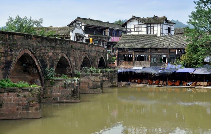 Klingeln Le, China: Alte Gebäude und Fluss-Brücke lizenzfreie stockbilder