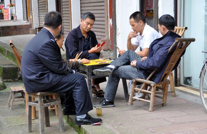 Klingeln Le, China: Mann-Spielkarten lizenzfreies stockbild