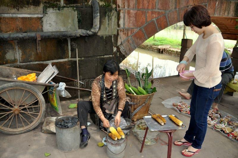 Klingeln Le, China: Verkäufer, der gebratenen Mais verkauft lizenzfreie stockbilder