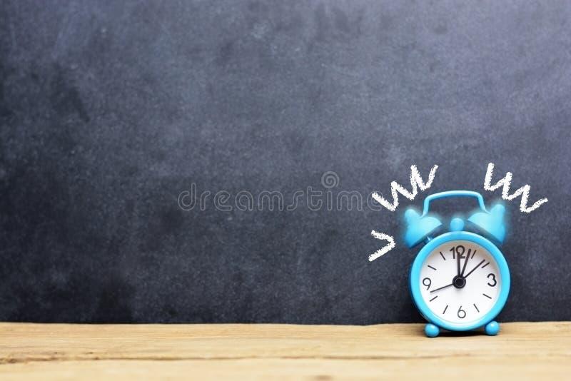 Klingelnwecker auf dunklem Hintergrund, Weck- Zeit oder tote Leitung vorschlagend stockfotos