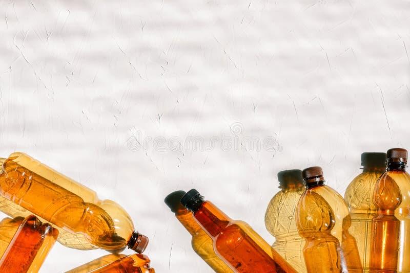 Klingeryt butelki na białym tle z teksturą Naturalny oświetlenie od słońca Przetwarzać i usuwanie odpady obrazy royalty free