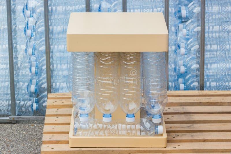 Klingeryt butelki, pojęcie przetwarzać Opróżniałem używać klingeryt butelkują plastikowe butelki używać fotografia royalty free