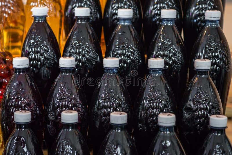 Klingeryt butelki wypełniać z winem zdjęcie royalty free