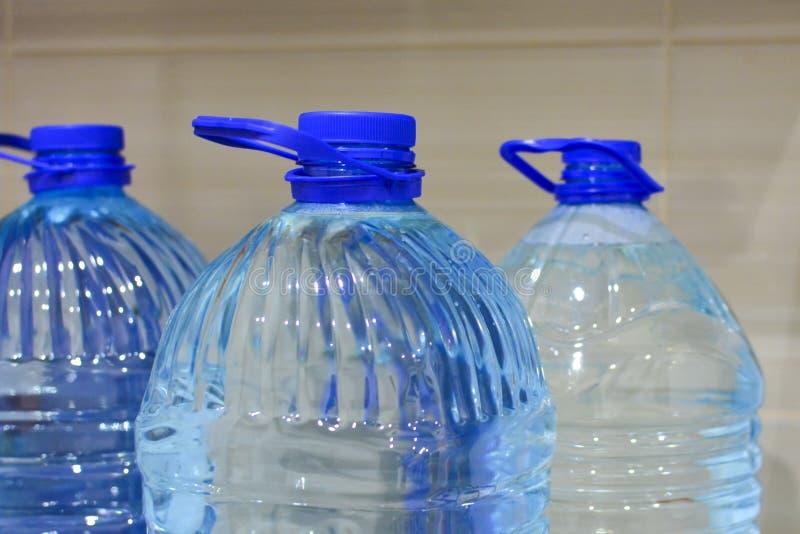 Klingeryt butelki z czystą wodą Pojęcie ekologia i zdrowy styl życia fotografia royalty free