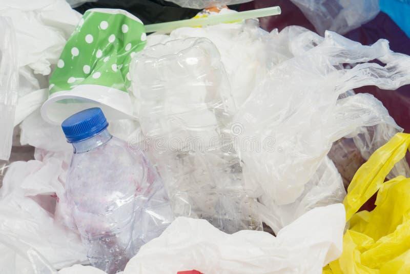 Klingeryt torby w wysypiskach i butelki obraz royalty free