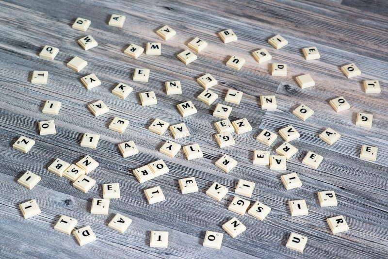 Klingerytu listu płytki rozpraszać na drewnianej podłoga fotografia stock