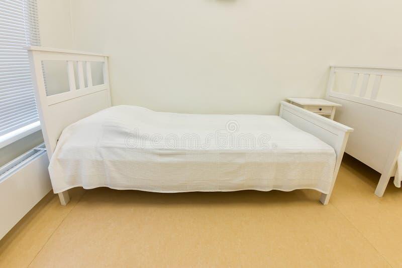 Kliniczny oddział intensywnej opieki medycznej lub oddział intensywnej opieki medycznej, medyczne puste łóżko wnętrza do opieki p obraz royalty free