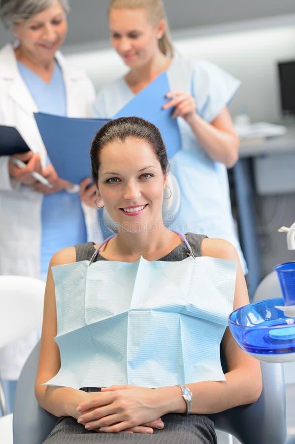 Klinik för undersökning för affärskvinnatandläkaresjuksköterska tand- royaltyfri fotografi