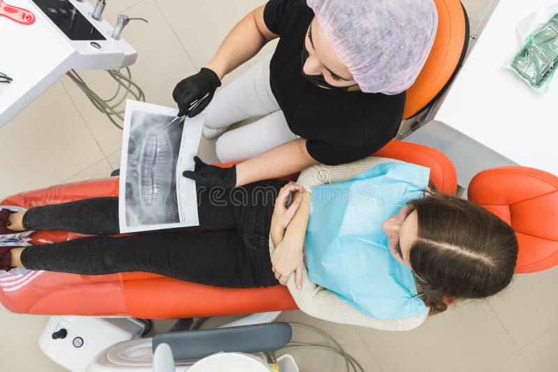 klinika stomatologicznej Przyjęcie, egzamin pacjent Ząb opieka Żeński dentysta opowiada z dziewczyną w stomatologicznym biurze fotografia stock