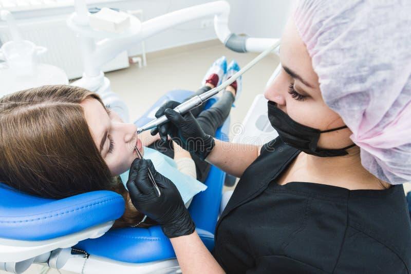 klinika stomatologicznej Przyjęcie, egzamin pacjent Ząb opieka Dentysta leczy dziewczyna pacjenta zdjęcia royalty free