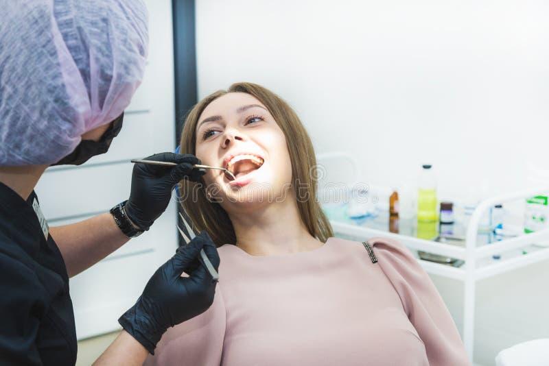 klinika stomatologicznej Przyjęcie, egzamin pacjent Ząb opieka Młoda kobieta przechodzi stomatologicznego egzamin a fotografia royalty free