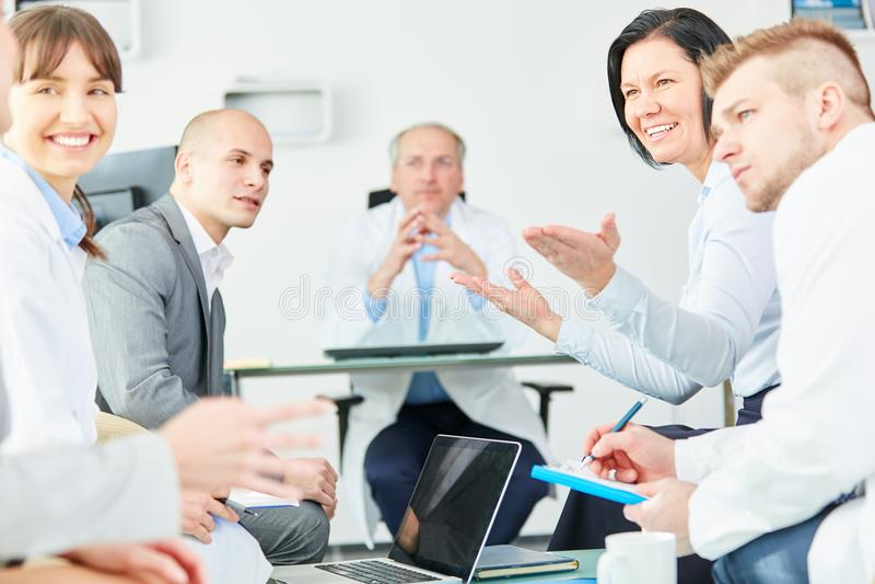 Klinikanställdpersonal i ett möte royaltyfri foto