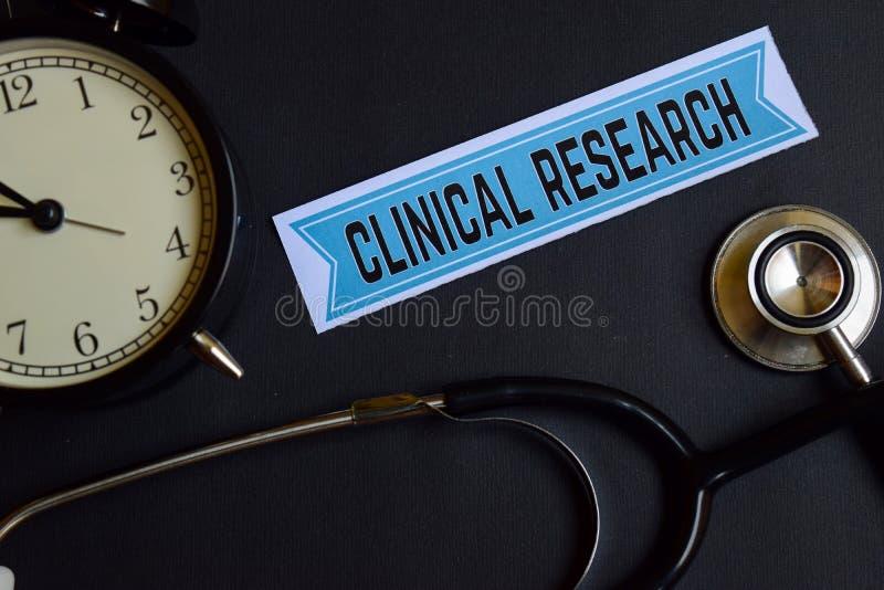 Klinisch Onderzoek naar het drukdocument met de Inspiratie van het Gezondheidszorgconcept wekker, Zwarte stethoscoop stock foto's